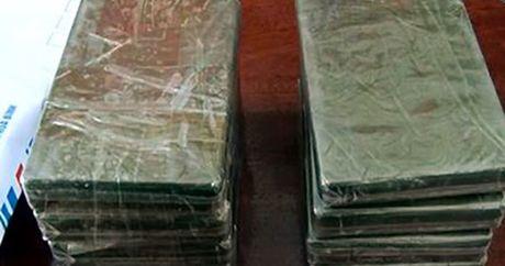 Lai Chau: Bat qua tang doi tuong mua ban trai phep ma tuy - Anh 1