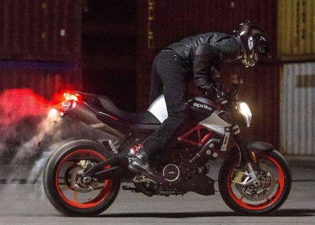 2017 Aprilia Shiver xuat hien 'ghenh chien' Ducati Monster - Anh 1