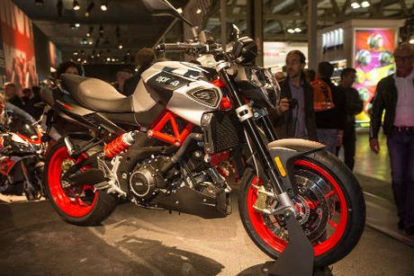 2017 Aprilia Shiver xuat hien 'ghenh chien' Ducati Monster - Anh 2