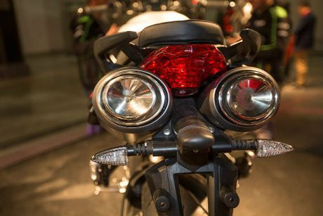 2017 Aprilia Shiver xuat hien 'ghenh chien' Ducati Monster - Anh 3