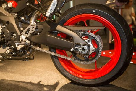 2017 Aprilia Shiver xuat hien 'ghenh chien' Ducati Monster - Anh 4