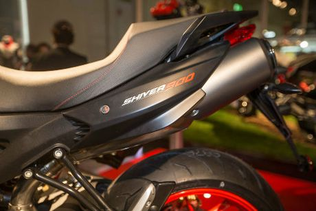 2017 Aprilia Shiver xuat hien 'ghenh chien' Ducati Monster - Anh 5