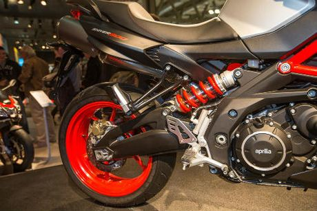 2017 Aprilia Shiver xuat hien 'ghenh chien' Ducati Monster - Anh 8