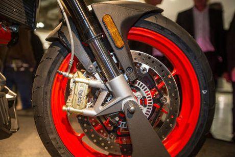 2017 Aprilia Shiver xuat hien 'ghenh chien' Ducati Monster - Anh 9