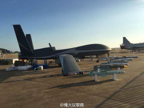 Den UAV Avenger cung bi nhai, My bo tay voi Trung Quoc - Anh 1