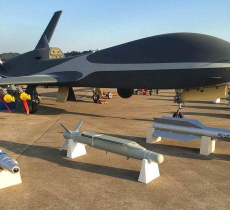 Den UAV Avenger cung bi nhai, My bo tay voi Trung Quoc - Anh 5