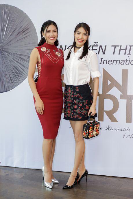 Team Lan Khue chuc mung Nguyen Thi Loan lot top 20 Hoa hau Hoa binh quoc te 2016 - Anh 2