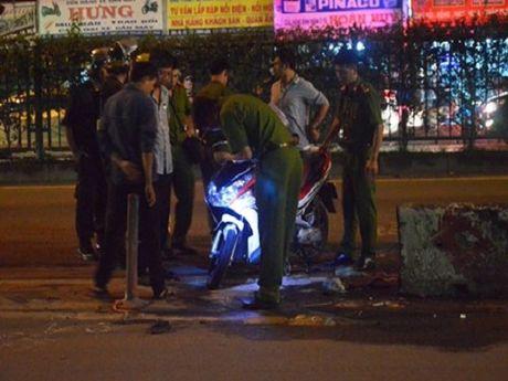 Tai nan giao thong ngay 14/11: Co gai khoc ngat khi chung kien ban trai bi xe tai can - Anh 1