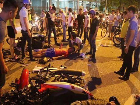 Tai nan giao thong ngay 14/11: Co gai khoc ngat khi chung kien ban trai bi xe tai can - Anh 2