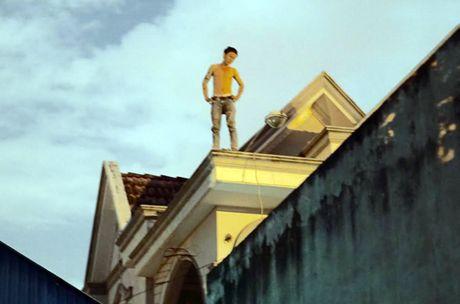 Thanh nien nghi ngao da, co thu 7 gio tren noc nha - Anh 1