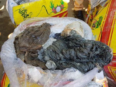 Bat giu 1,4 tan noi tang, muc kho hoi thoi dang duoc chuyen qua Lao tieu thu - Anh 2