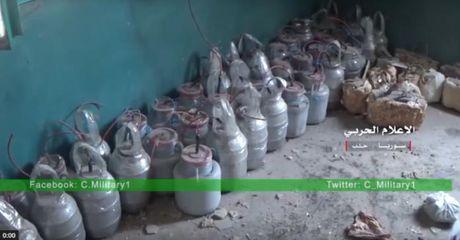 Quan doi Syria thu giu so luong lon khoi no tu che danh cho xe danh bom tu sat - VIDEO - Anh 1