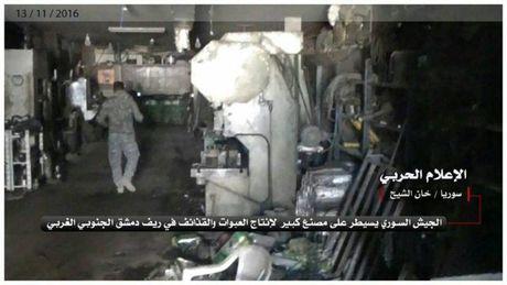 Quan doi Syria danh chiem nha may vu khi lon cua phien quan (video) - Anh 1