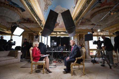 Donald Trump tran an nguoi ung ho, nguoi bieu tinh - Anh 1