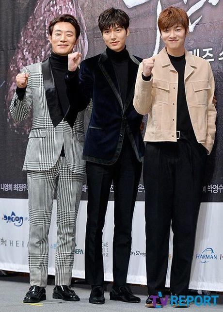 Lee Min Ho va Jun Ji Hyun dep doi trong hop bao Huyen thoai bien xanh - Anh 10