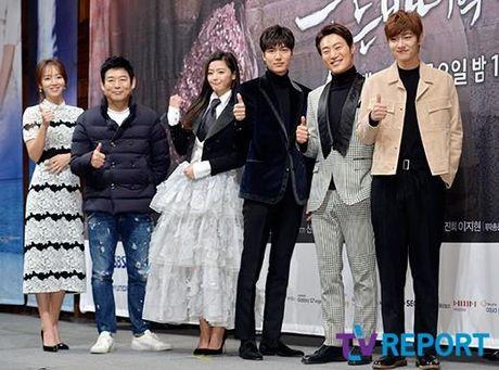 Lee Min Ho va Jun Ji Hyun dep doi trong hop bao Huyen thoai bien xanh - Anh 12