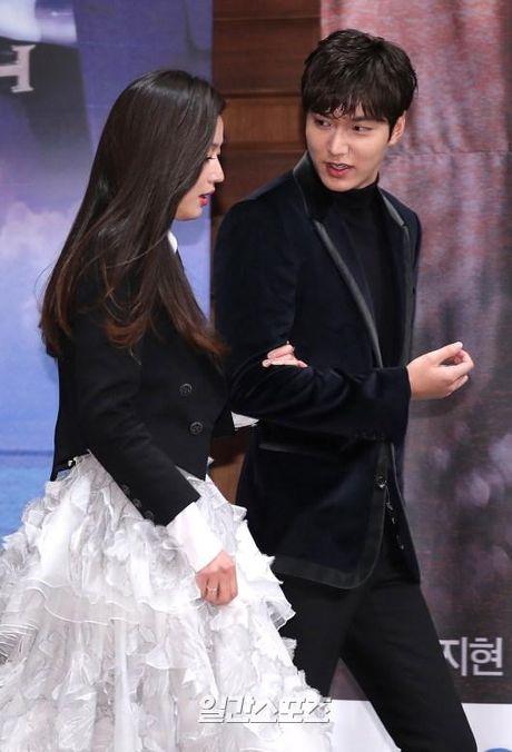 Lee Min Ho va Jun Ji Hyun dep doi trong hop bao Huyen thoai bien xanh - Anh 2