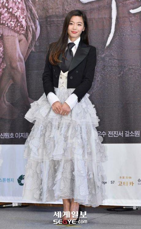 Lee Min Ho va Jun Ji Hyun dep doi trong hop bao Huyen thoai bien xanh - Anh 3