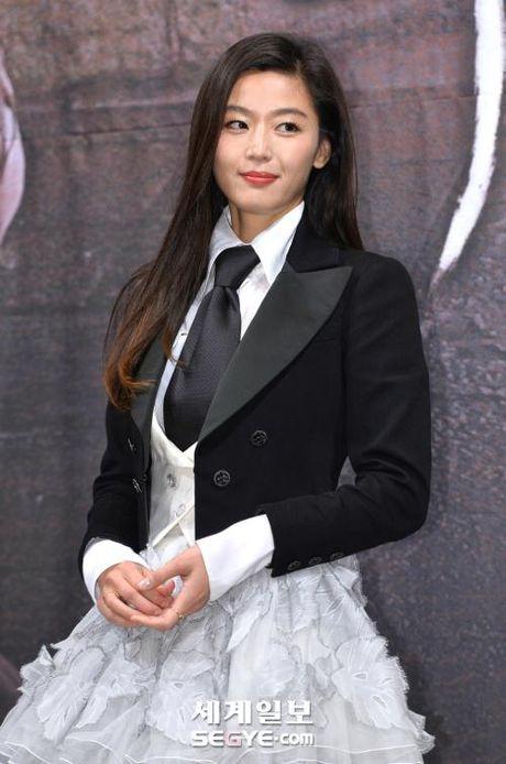 Lee Min Ho va Jun Ji Hyun dep doi trong hop bao Huyen thoai bien xanh - Anh 4