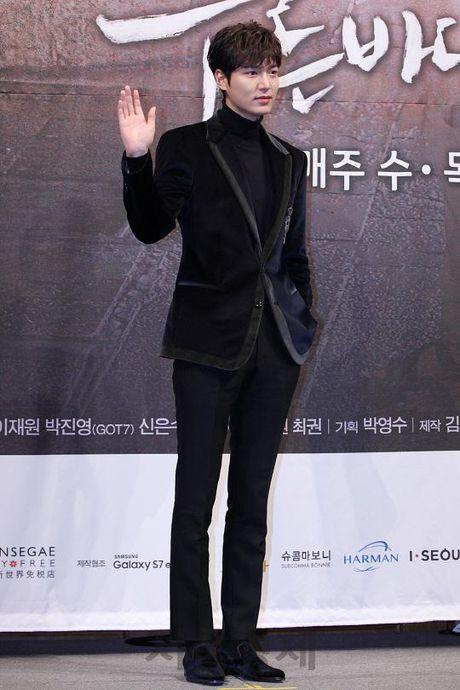 Lee Min Ho va Jun Ji Hyun dep doi trong hop bao Huyen thoai bien xanh - Anh 7