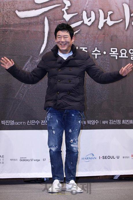 Lee Min Ho va Jun Ji Hyun dep doi trong hop bao Huyen thoai bien xanh - Anh 8