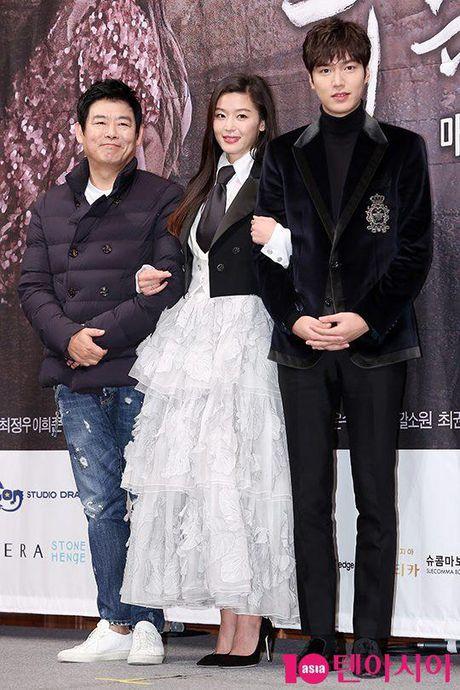 Lee Min Ho va Jun Ji Hyun dep doi trong hop bao Huyen thoai bien xanh - Anh 9