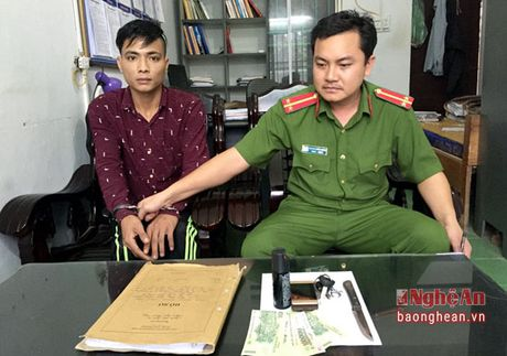 Bat doi tuong chuyen cuop tai san cua tai xe xe om - Anh 1