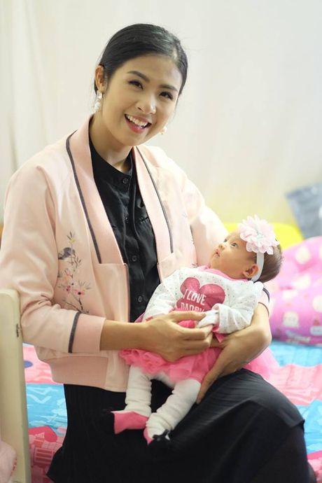 Hoa hau Ngoc Han nhan con gai Hong Que lam con nuoi - Anh 3