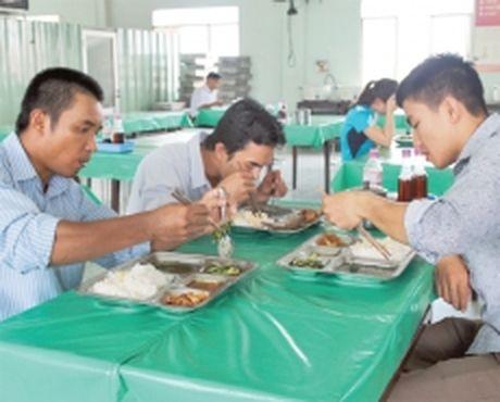 Bao dam chat luong bua an cho cong nhan - Anh 1