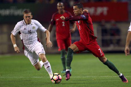 Ronaldo ghi ban dang cap giup Bo Dao Nha de bep Latvia 4-1 - Anh 1
