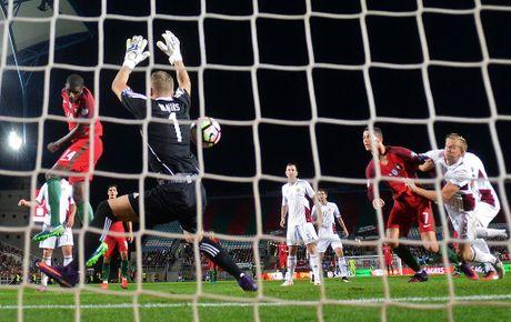 Ronaldo ghi ban dang cap giup Bo Dao Nha de bep Latvia 4-1 - Anh 5