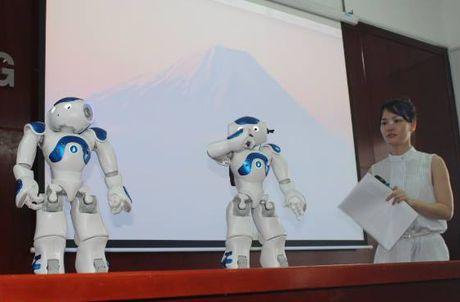 Robot thong minh day ngoai ngu cho sinh vien o Dong Nai - Anh 1