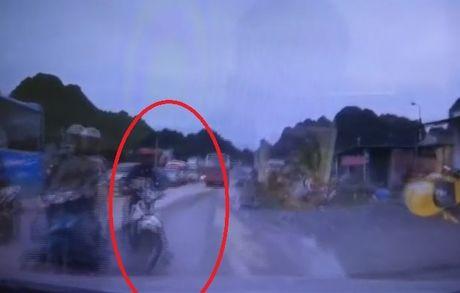 Tranh xe may vuot au, o to lao thang vao mo dat - Anh 1
