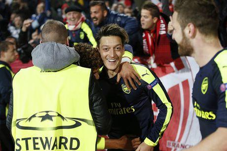Sam biet thu 'khung' tai London, Mesut Ozil nguyen gan bo voi Arsenal? - Anh 1