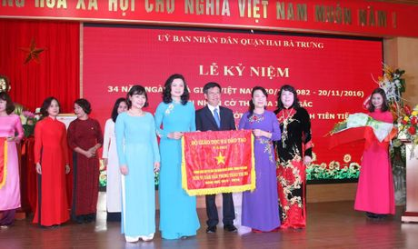 Nganh GD&DT quan Hai Ba Trung (Ha Noi) don nhan Co thi dua xuat sac cua Bo GD&DT - Anh 1
