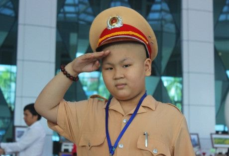 Truoc khi mai mai ra di, cau be guong mat tron xoe mo uoc lam CSGT da co mot hanh trinh that manh me - Anh 1
