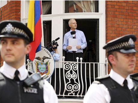 Nha sang lap WikiLeaks bi tham van tai DSQ Ecuador o London - Anh 1