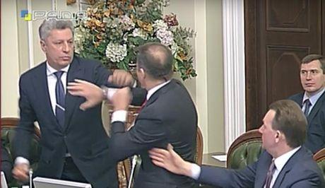 """Chinh khach Ukraine """"dam boc"""", duoi nhau khoi quoc hoi - Anh 1"""