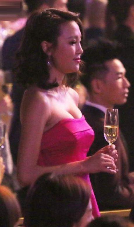 Dan sao TVB dua nhau khoe nguc goi cam o tiec toi - Anh 8