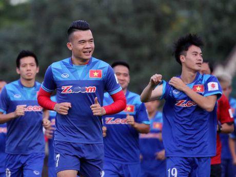 Thay tro HLV Huu Thang hung khoi tap buoi dau tai Myanmar - Anh 1