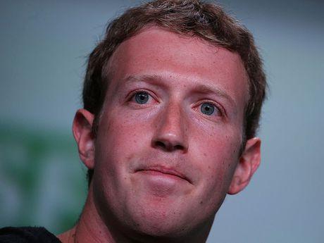 Mark Zuckerberg hua loai bo tin tuc gia mao khoi Facebook - Anh 1