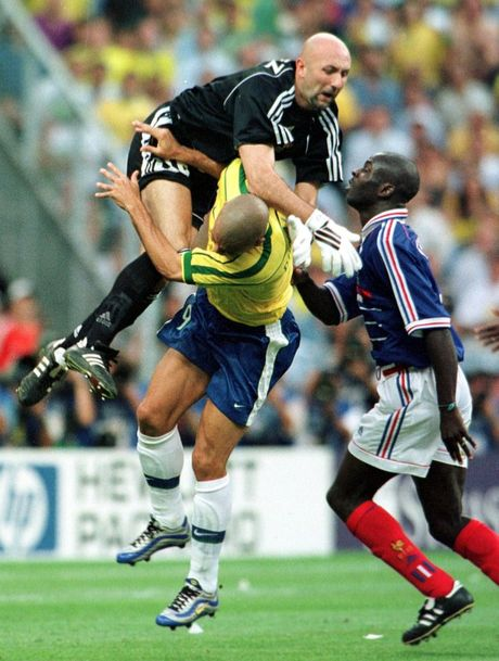 Zlatan Ibrahimovic than tuong Ronaldo - Anh 5