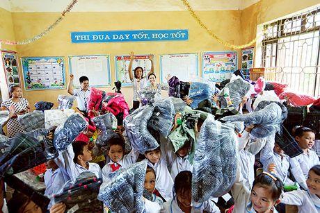 Viet Huong cung chong tang ao am cho tre em vung cao - Anh 11