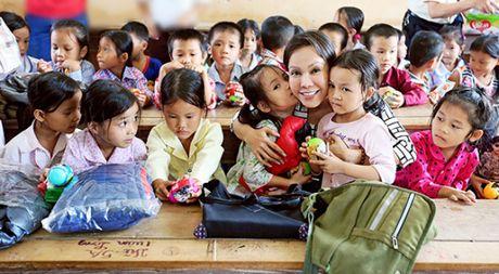 Viet Huong cung chong tang ao am cho tre em vung cao - Anh 1