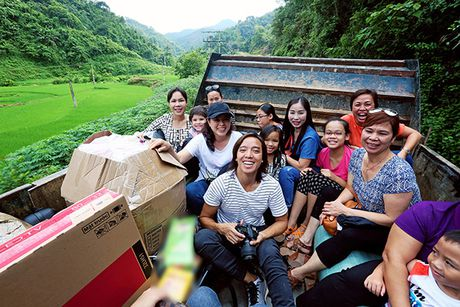 Viet Huong cung chong tang ao am cho tre em vung cao - Anh 3