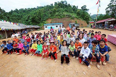 Viet Huong cung chong tang ao am cho tre em vung cao - Anh 5