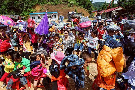 Viet Huong cung chong tang ao am cho tre em vung cao - Anh 6