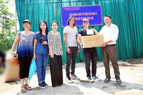 Viet Huong cung chong tang ao am cho tre em vung cao - Anh 7