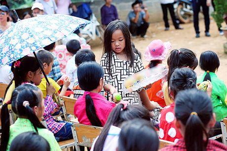 Viet Huong cung chong tang ao am cho tre em vung cao - Anh 8