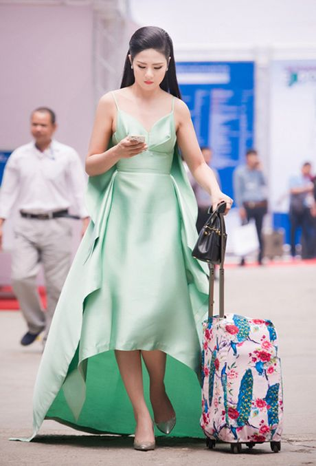 My nhan Viet 'bien' san bay thanh san catwalk - Anh 10